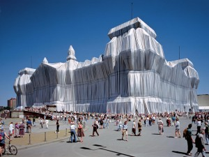 Christo and Jeanne-Claude: Wrapped Reichstag, Berlin 1995, c/o christoandjeanneclaude.net Photo: Wolfgang Volz. ©1995 Christo + Wolfgang Volz